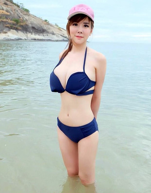 Beautiful asian babe with natural big..