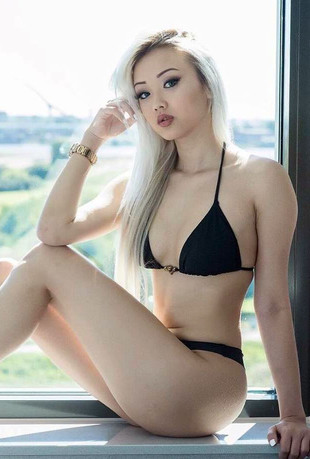 Gorgeous blonde Vaayz Vyvan Le at..
