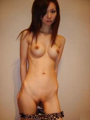 Cute asian girl Stubenhocker posiert..