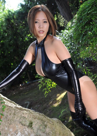 Busty Asian cutie nackt in den Wald