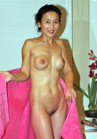 Chinese MILF lady loves to show it..