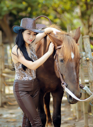 Petite chinese cowgirl show her..
